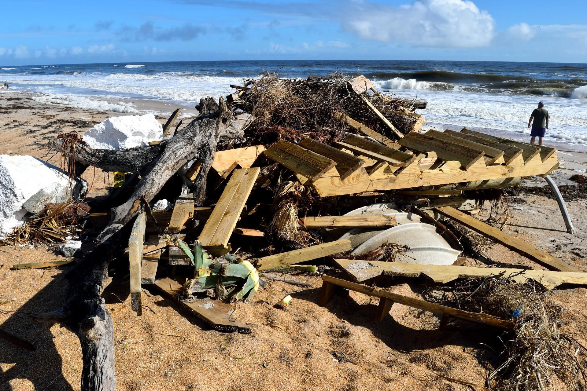 海岸邊堆積的海洋垃圾