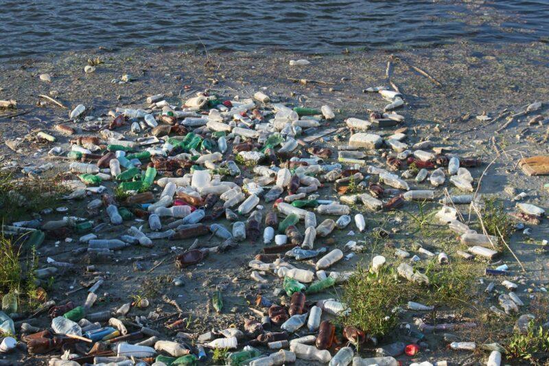 海岸邊散落的海洋垃圾